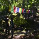 Каменная 'голова птицы' - место паломничества буддистов