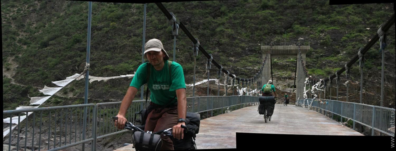 Пространственно-временная петля на мосту в Тибет