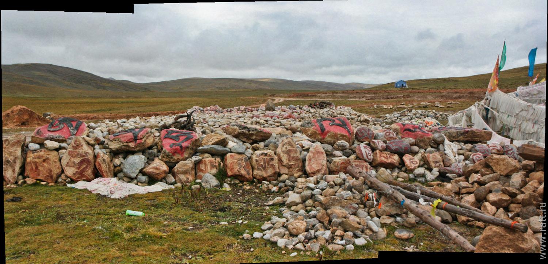 Здесь хватит места, чтобы собрать все камни мира, а времени - чтобы на каждом вырезать мантру