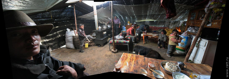 Тибетская семья в интерьере