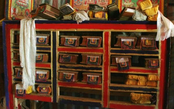 Библиотека деда. В отсеках лежат непереплетенные тибетские буддийские книги