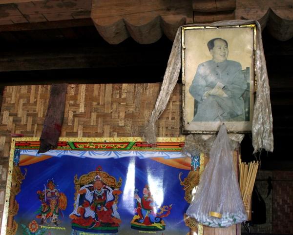 Портрет Мао Цзедуна, украшенный буддистским хадаком