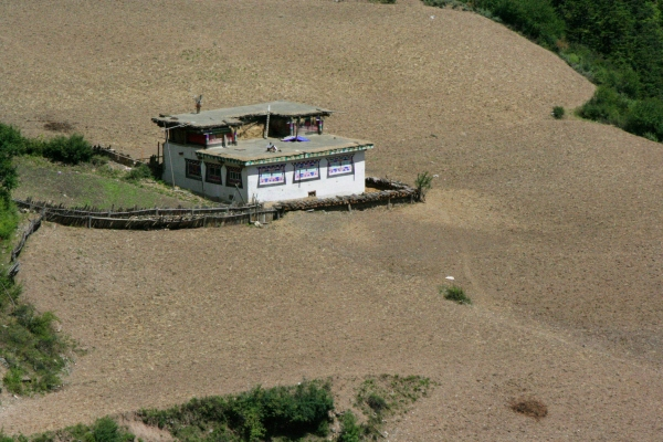 Тибетский дом среди полей сжатого ячменя