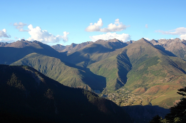 Дорога на перевал, вид с высоты 4700 м на деревни в долине Ю-чу