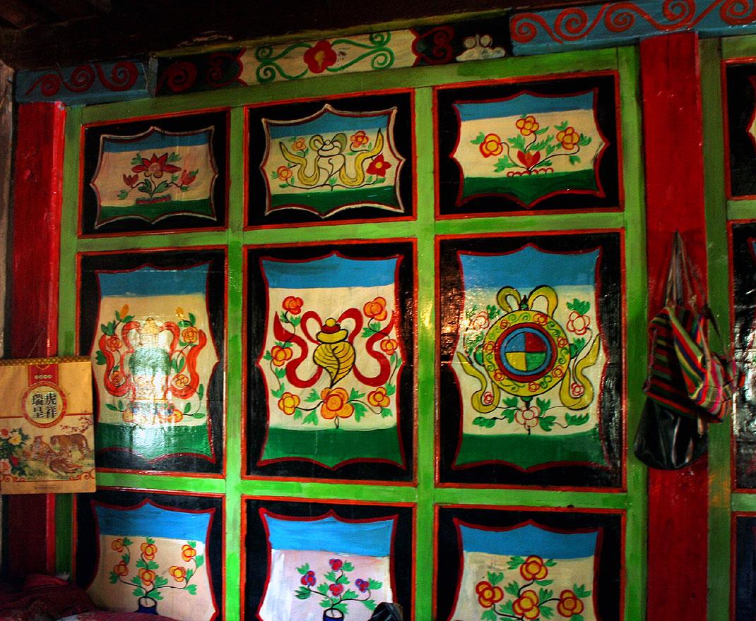 Расписанные стены комнаты в тибетском доме