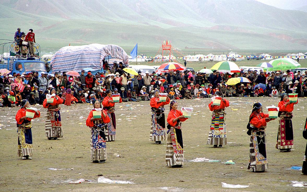 Фестиваль в Амдо. Женщины танцуют танец молока.