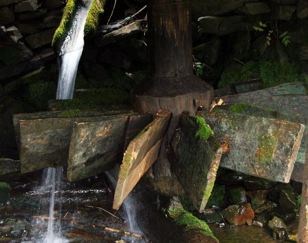 Лопасти старой водяной мельницы