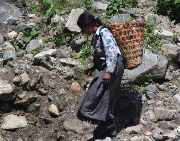 Главный способ переноски грузов в Тибете – заплечная корзина на лямках