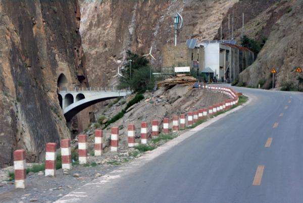 Трасса 318 и мост через Салуин, уходящий в тоннель в скале