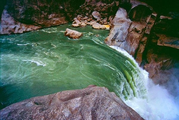 Hidden Falls. Здесь Брахмапутра сужается до 50 метров.