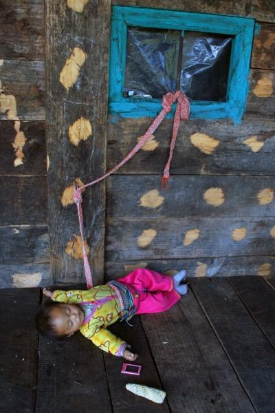Здесь же дети и засыпают, наигравшись. Игрушки у них нехитрые: початок кукурузы, сломанный мобильный телефон