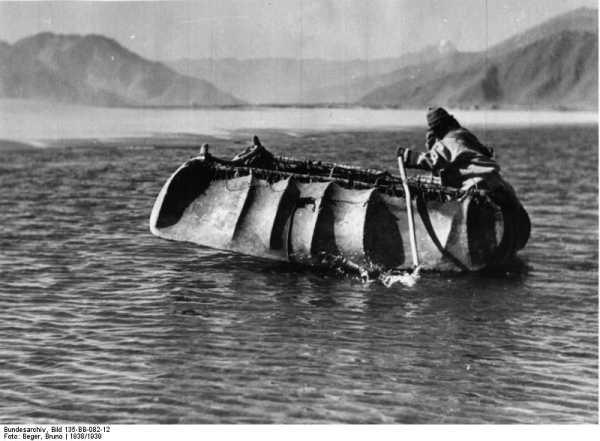 Традиционная тибетская лодка из шкур яков пересекает Ярлунг Цангпо (Брахмапутру)