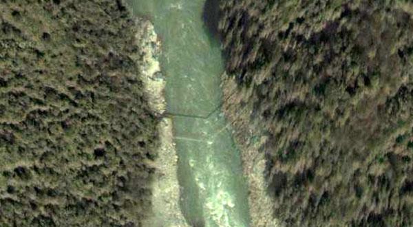 Мост через Брахмапутру и его тень в Google Earth