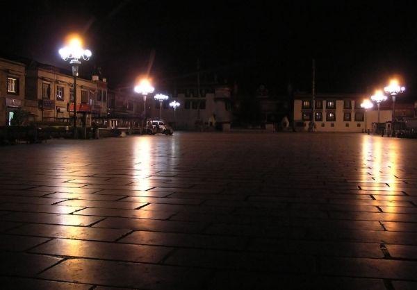 Ночь. Площадь перед Джокангом