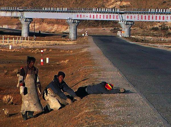 Паломники из Кхама, простираясь, двигаются к Лхасе