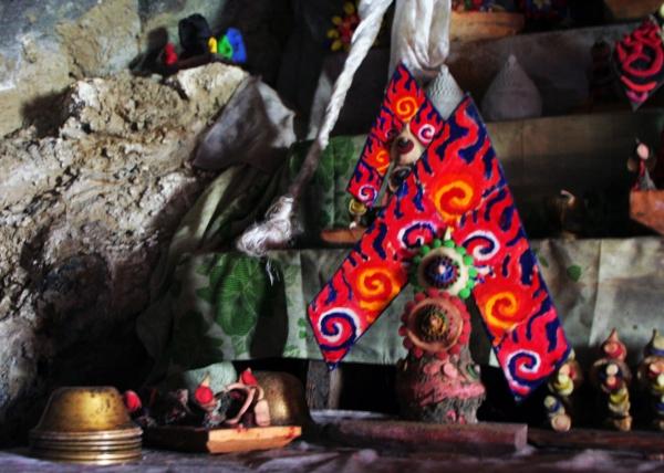 Буддистское подношение, торма. Изготавливается из масла и муки и раскрашивается в яркие цвета