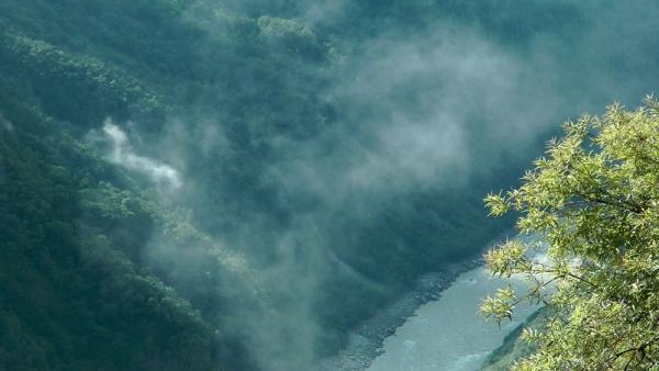 Вид из деревни Тцачу на Брахмапутру 600 метрами ниже