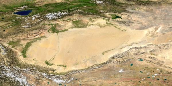 Огромная песочница в чаше между горами