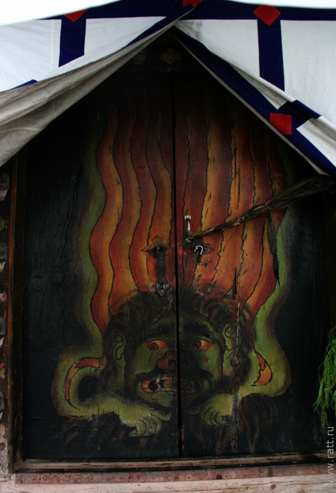 дверь гомпы