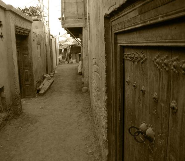 Улочки уйгурского квартала Керии. На заднем плане уже работает экскаватор…