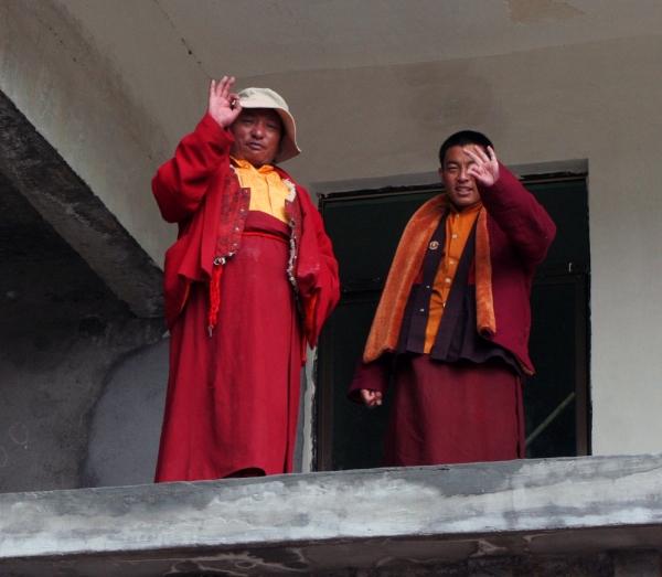 С галереи строящегося монастыря монахи желают нам счастливого пути.