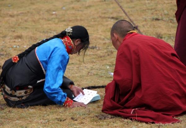 Монахи учат кочевников читать