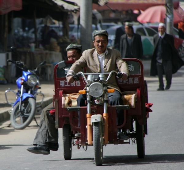 В Хотане не верят в дождь, поэтому такси там – открытые платформы на трех колесах. Запрыгиваешь на ходу и едешь за 1 юань.