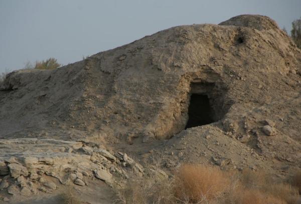 «Распечатанный» вход в строение, скрытое под слоем плотного песка. Вход только обозначен, видна кладка, внутренности засыпаны песком и требуют раскопок.